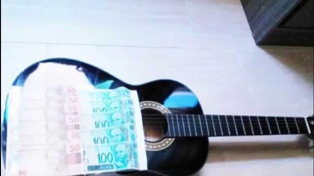 violão com dinheiro
